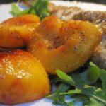Owoce dojrzałego lata.Brzoskwinie karmelizowane z pstrągiem.