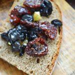 Życie od kuchni,kawał zimowego chleba i śródziemnomorska przekąska