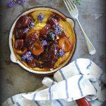 Omlet pieczony z karmelizowanymi węgierkami, kardamonem i kwiatami lawendy. Śniadanie dla Niej!