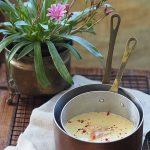 Zupa z białych szparagów z wędzonym łososiem i różowym pieprzem. Jest maj!