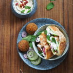 Falafel, pita i sos jogurtowy z tahini. Kanapka na weekend