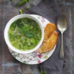 Zupa z bobem, cukrowym groszkiem i miętą. Letnie zabawy
