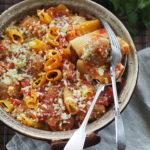 Rigatoni z klopsami, pomidorowym sosem i mozzarellą. Lipcowa obfitość…