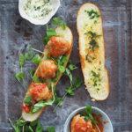 Klopsiki w pomidorach, masło czosnkowe i liście groszku. Kanapka na wrzesień