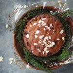 Bożonarodzeniowe dojrzewające ciasto z suszonymi owocami i brandy