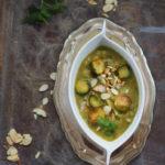 Kremowa zupa z pieczonej brukselki i porów z  migdałami i chili. Dla Niej!