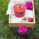 Truskawkowy chłodnik z różą. Romantycznie i świeżo!