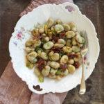 Bób w oleju konopnym z suszonymi pomidorami, czosnkiem i koprem. Letnie wspomnienia
