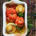 Pieczone pomidory i cebule nadziewane ryżem i ziołami. Gemista