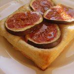 Optymistycznie czyli figi z camembertem zapiekane w cieście francuskim.