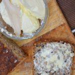 Manufaktura w kuchni. Masło i chleb na maślance