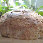 Chleb na zakwasie z karmelizowanym porem i pestkami. Październikowa piekarnia