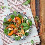 Krewetki i morele na liściach sałaty. Zapowiedź lata