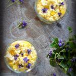 Ryżowy  pudding z mango i kwiatami fiołków. Zjeść wiosnę!