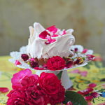 Róża tarta i różana babeczka z bezą. Imię róży w Sezonowo od A do M