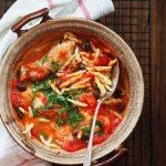 Dorsz w sosie pomidorowym z oliwkami. Pesce All'Acqua pazza