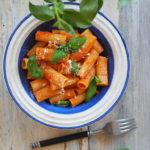Rigatoni z sosem pomidorowym, parmezanem i bazylią. Wiosennie!