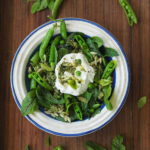 Groszek cukrowy, orzo i ziołowy sos. Zielona sałatka w Sezonowo od A do M