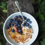 Granola z ziarnami, jogurtem greckim i karmelizowanymi owocami. Skąd się wzięło najmodniejsze śniadanie świata?