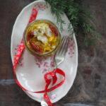 Śledzie w oleju lnianym z porami i suszonymi pomidorami. I nowy śnieg…