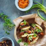 Gua bao z szarpaną pikantną wieprzowiną, piklowaną marchwią i cebulą. Weekendowe przyjemności…