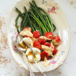 Szparagi z jajkami, pomidorami i sosem z anchois. Witaj sezonie!