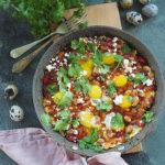 Przepiórcze jajka w papryce , pomidorach i białej fasoli. Śniadanie dla Niej i dla Niego