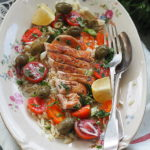 Grecka sałatka z makaronem orzo i grillowanym kurczakiem. Obiad na sierpień!