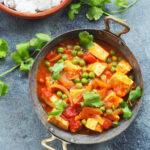 Curry z tofu i zielonym groszkiem. Pot Tofu Matar