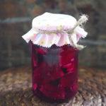 Czerwona kapusta kiszona w soku z ogórków. Domowa fermentacja