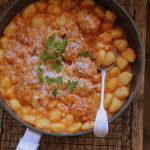 Gnocchi zapiekane z pulpetami i mozzarellą w sosie pomidorowym. Obiad z patelni!