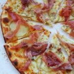 Pizza bianca z gruszką, gorgonzolą i prosciutto. Na najlepszym cieście!