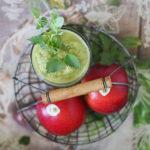 Wiosenny koktajl z jabłkiem, pokrzywą i młodymi liśćmi