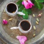 Kawa po arabsku z wodą różaną i kardamonem