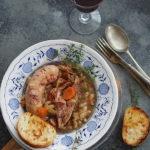 Cassoulet czyli francuski gulasz z fasolą, warzywami, mięsem i kiełbasą