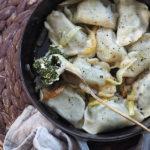 Pierogi z fetą, szpinakiem i  karmelizowaną cebulą