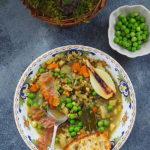 Zupa z fasolą mung, zielonym groszkiem i karmelizowaną szalotką