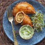 Empanadas z soczewicą, wędzoną papryką i zielonym sosem