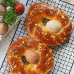 Wielkanocny włoski chleb z jajkami. Pane di Pasqua