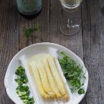 Białe szparagi z masłem i wino. Miłość w kolorze white