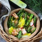 Wiosenna sałatka z łososiem i szparagami