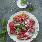 Gofry z malinami i bazylią. Wakacyjne śniadanie