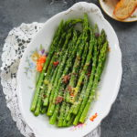 Szparagi z masłem, anchois i parmezanem