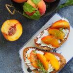 Brzoskwinie karmelizowane na grzankach z serem. Śniadanie dla Niej