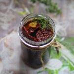Suszone pomidory w aromatycznej zalewie. Jak suszyć pomidory w piekarniku?