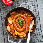 Papryka pieczona z cebulą, czosnkiem i kiełbaską z jagnięciny. Sezonowo od A do M