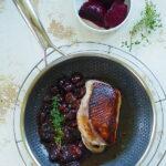 Piersi kaczki z karmelizowanymi śliwkami . Obiad z patelni